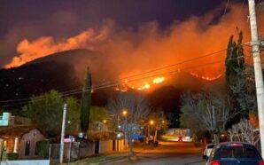 Bomberos siguen luchando contra el fuego en Unquillo y Carlos…