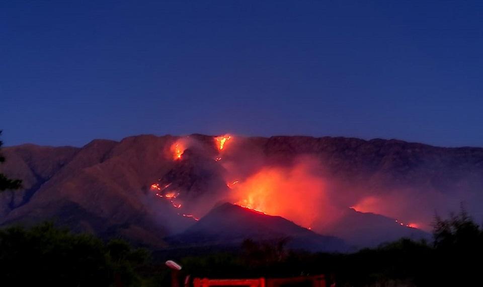 Incendio en Traslasierra: ya se quemaron más de 900 hectáreas